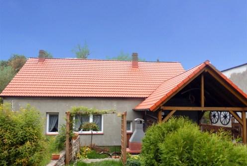 widok od strony ogrodu na luksusową willę do wynajęcia w okolicach Głogowa