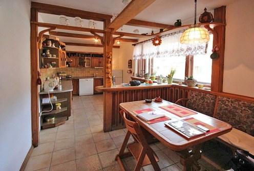 na zdjęciu kuchnia w willi na sprzedaż w Szczecinie