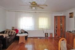 zdjęcie prezentuje salon w ekskluzywnej willi do sprzedaży w okolicach Legnicy