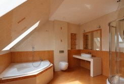 ekskluzywna łazienka w luksusowej willi do sprzedaży w okolicy Szczecina