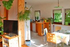 zdjęcie prezentuje widok z salonu na jadalnię i kuchnię w ekskluzywnej willi na wynajem w Szczecinie