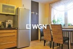 zdjęcie przedstawia komfortową kuchnię w luksusowej willi do sprzedaży w Legnicy