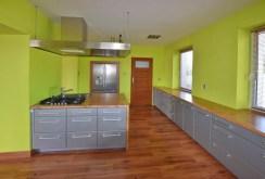 widok na komfortowo umeblowaną i urządzoną kuchnię w willi na sprzedaż w okolicy Białegostoku