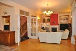 zdjęcie prezentuje komfortowy salon w willi do wynajęcia w okolicy Warszawy