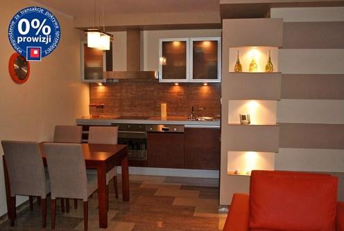 zdjęcie prezentuje nowoczesny aneks kuchenny w apartamencie do sprzedaży nad morzem