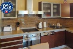 nowocześnie urządzona i wyposażona kuchnia w apartamencie nad morzem do sprzedaży
