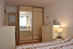 elegancka sypialnia w komfortowym apartamencie do sprzedaży w Legnicy