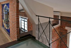 widok na górny poziom luksusowego apartamentu do sprzedaży w okolicach Warszawy