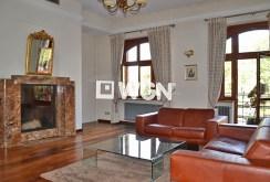 zdjęcie prezentuje salon z kominkiem w luksusowym apartamencie w Krakowie do wynajęcia
