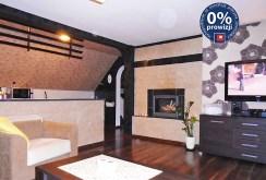 na zdjęciu salon z kominkiem w ekskluzywnym apartamencie do sprzedaży w okolicach Legnicy