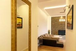 widok z przedpokoju na salon w oddali w apartamencie we Wrocławiu do wynajęcia