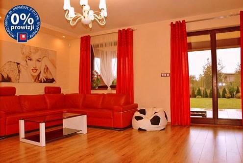zdjęcie prezentuje salon w luksusowej willi do sprzedaży w Legnicy