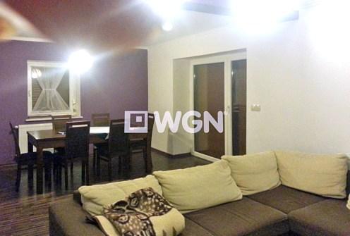 na zdjęciu komfortowy salon w luksusowej willi do sprzedaży w Wiśle