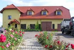 widok od strony ogrodu na ekskluzywną willę do sprzedaży w okolicach Kluczborka
