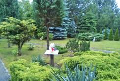 widok na pięknie zagospodarowaną działkę przy ekskluzywnej willi do sprzedaży w okolicach Legnicy