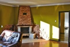 salon z kominkiem w ekskluzywnej willi do sprzedaży w okolicach Rawicza