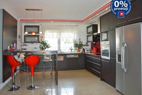widok na nowoczesny aneks kuchenny w luksusowej willi do sprzedaży w okolicy Żagania