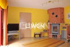 na zdjęciu salon z kominkiem i sprzętem RTV w ekskluzywnej willi na sprzedaż w okolicy Słupska
