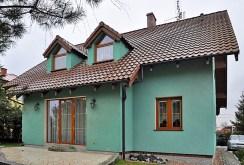 widok od strony ogrodu na komfortową willę we Wrocławiu do sprzedaży
