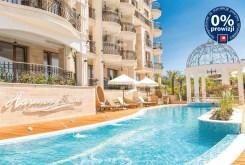 basen przed luksusowym apartamentowcem w Bułgarii, gdzie mieści się ekskluzywnym apartament na sprzedaż