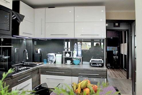 zdjęcie prezentuje nowoczesną, luksusową kuchnię w apartamencie na sprzedaż w Tczewie