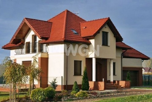 na zdjęciu front i reprezentacyjne wejście do luksusowej willi na sprzedaż w okolicach Gdańska