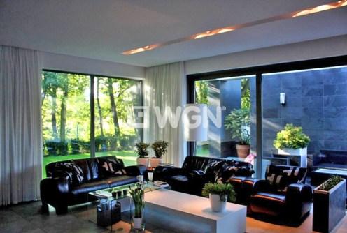 wnętrze ekskluzywnego salonu w luksusowej willi na sprzedaż w okolicach Szczecina