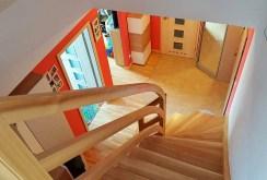 widok z górnego poziomu na dolny w luksusowym apartamencie w okolicach Wałbrzycha na sprzedaż