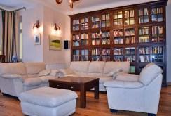 okazała, bogata biblioteka w luksusowym apartamencie na wynajem w Bolesławcu