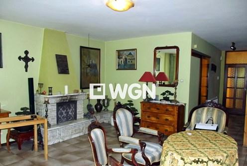 na zdjęciu salon z kominkiem w luksusowej willi do sprzedaży w okolicach Katowic