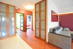 zdjęcie prezentuje rozkład pokoi i pomieszczeń widziany z przedpokoju w luksusowym apartamencie do wynajmu w Suwałkach