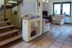 na zdjęciu komfortowy salon w luksusowej willi do sprzedaży w Piotrkowie Trybunalskim
