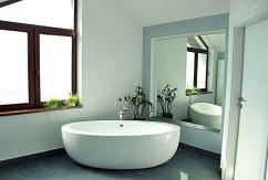 elegancka łazienka znajdująca się w luksusowej willi w Szczecinie na wynajem