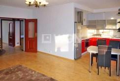 widok na luksusową kuchnię i przedpokój w ekskluzywnym apartamencie do sprzedaży w Szczecinie