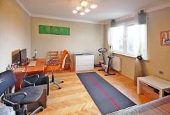 jedno z komfortowo umeblowanych i wyposażonych pokoi w luksusowej willi w Szczecinie na sprzedaż