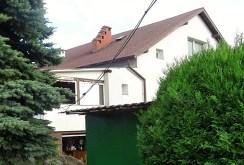 widok od strony ulicy na ekskluzywna willę do sprzedaży w okolicach Wrocławia