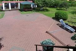 zdjęcie prezentuje zagospodarowaną działkę przed luksusową willą do sprzedaży w okolicach Wrocławia