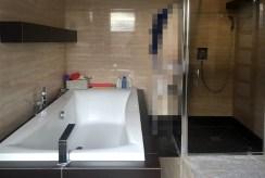 na zdjęciu elegancka łazienka w ekskluzywnej willi w okolicy Szczecina na sprzedaż