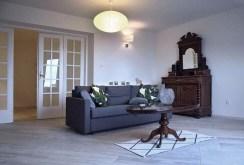 widok z innej perspektywy na luksusowy salon w ekskluzywnym apartamencie do wynajmu w Krakowie
