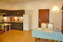 na zdjęciu fragment kuchni i jadalni w luksusowym apartamencie w Ostrowie Wielkopolskim na wynajem