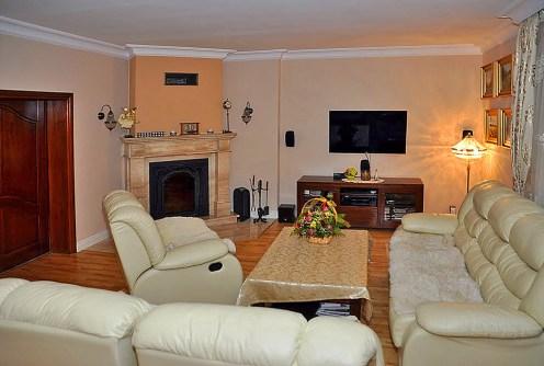 komfortowy salon w luksusowej willi do sprzedaży w okolicach Wrocławia