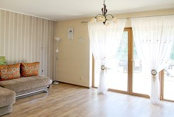 zdjęcie prezentuje luksusowy salon w ekskluzywnej willi do wynajmu w okolicach Kwidzyna