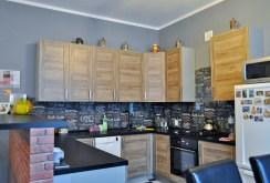 nowoczesna, wyposażona kuchnia w ekskluzywnym apartamencie do sprzedaży w okolicach Legnicy