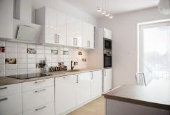 nowoczesna, umeblowana kuchnia w ekskluzywnym apartamencie we Wrocławiu na wynajem