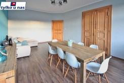 na pierwszym planie jadalnia w luksusowym apartamencie do sprzedaży w Szczecinie