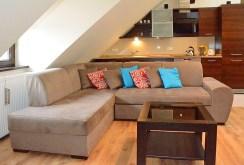 widok z innej perspektywy na luksusowy salon w ekskluzywnym apartamencie do wynajmu w Katowicach