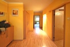 przedpokój z wejściami do poszczególnych pokoi w luksusowym apartamencie w Szczecinie na wynajem