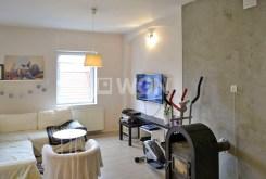 widok z innej perspektywy na komfortowy salon w luksusowym apartamencie do sprzedaży w Ostrowie Wielkopolskim