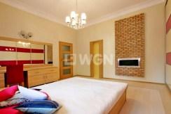 prywatna, intymna sypialnia z kominkiem w luksusowym apartamencie w Szczecinie na wynajem