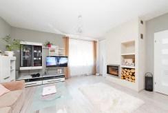 zdjęcie przedstawia luksusowe pomieszczenie z kominkiem w ekskluzywnej willi w Tarnowie na sprzedaż